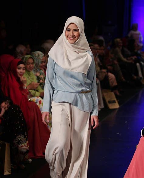 Lipstik Zaskia Mecca 30 gaya selebriti di indonesia fashion week 2016
