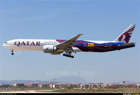 barcelona qatar airways a7 bae qatar airways boeing 777 300er at barcelona el