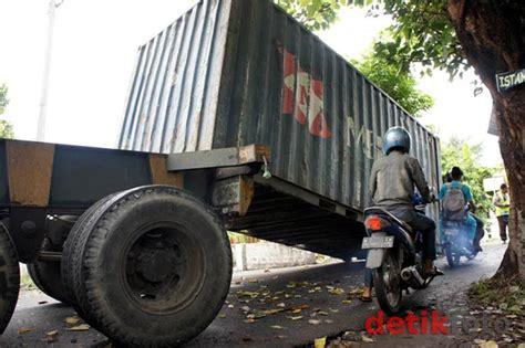 Kontainer Modifikasi berita harian kosmo truk kontainer nyangkut pohon membuat kemacetan di sidoarjo