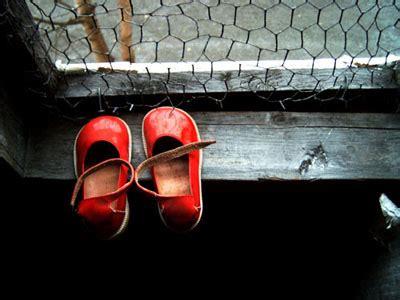 testi sulla shoah scarpette rosse poesia frasi poesie bellissime