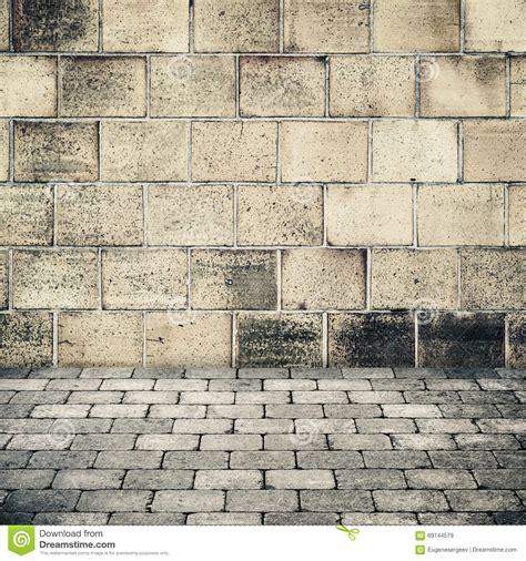 alte steinwand alte steinwand und graue kopfsteinpflasterung stockbild