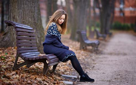 wallpaper lonely girl sitting alone faire le portrait d une personne que vous avez abord 233 e