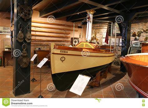 klassieke boten klassieke boten in koc museum redactionele afbeelding
