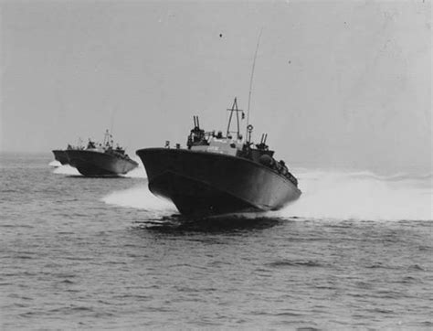 pt boat full speed us navy pt boats of mtb squadron five in august 1942