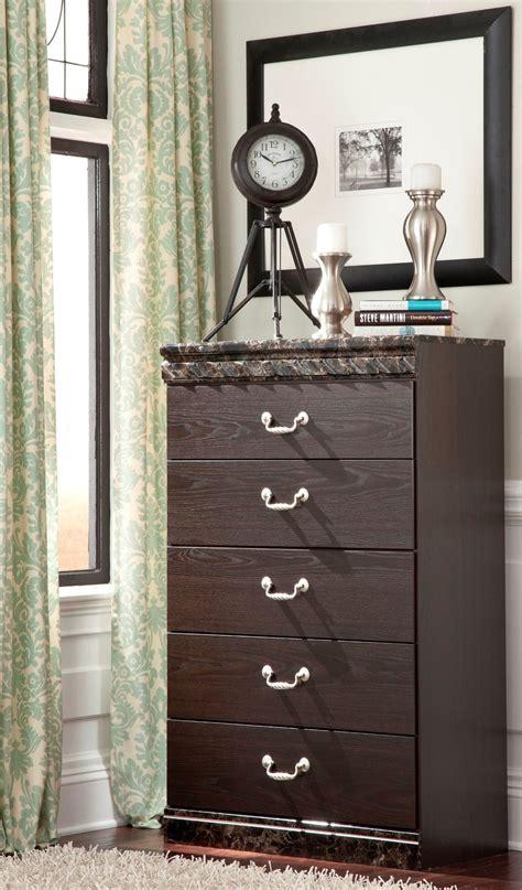 vachel 6 pc bedroom dresser mirror queen poster bed b264 31 vachel poster bedroom set from ashley b264 67 64 98 61