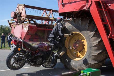 Motorrad Verkaufen Ausland by Crashtest Der M 228 Hdrescher Das T 246 Dliche Hindernis Die Welt