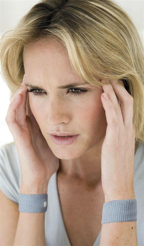 mal di testa sugli occhi soffrite di mal di testa arriva il cerchietto anti emicrania