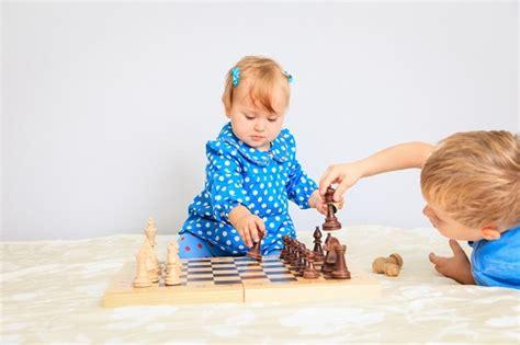 imagenes de niños jugando reales c 243 mo ense 241 ar a jugar al ajedrez a los ni 241 os