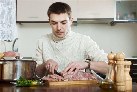 hombre cocinando hombre cocinando carne al estilo franc 233 s descargar fotos