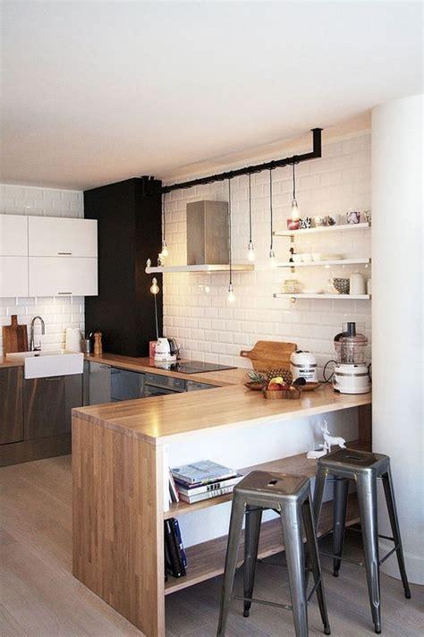 Superbe Tapis Plan De Travail Cuisine #2: cuisine-equipee-blanche-design-mur-lambris-bois-gris-sol-parquet-tapis-tabouret-scandinave-bois-credance-carrelage-blanc-style-metro-bar-plan-travail-bois.jpg