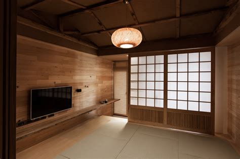 Traditional Japanese Dining Room by Modern Japanese House
