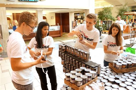 Food Pantry Orlando by Disney Voluntears Put Their Can Do Spirit To Work
