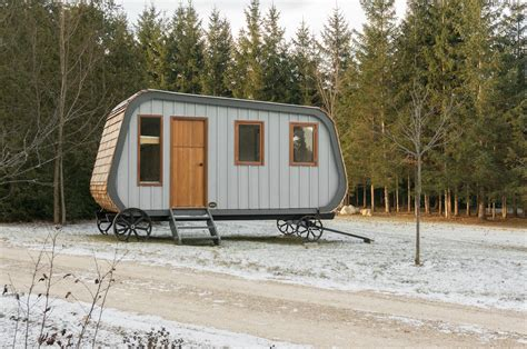 cabin mobile homes with aesthetic design and good comfort this modern prefab hut on wheels has all the cabin aesthetics