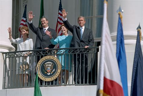 mexican white house waving from the white house balcony president bush welcomes mexican president vicente