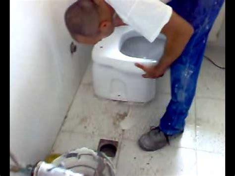 uomo sostituisce un wc parte ii