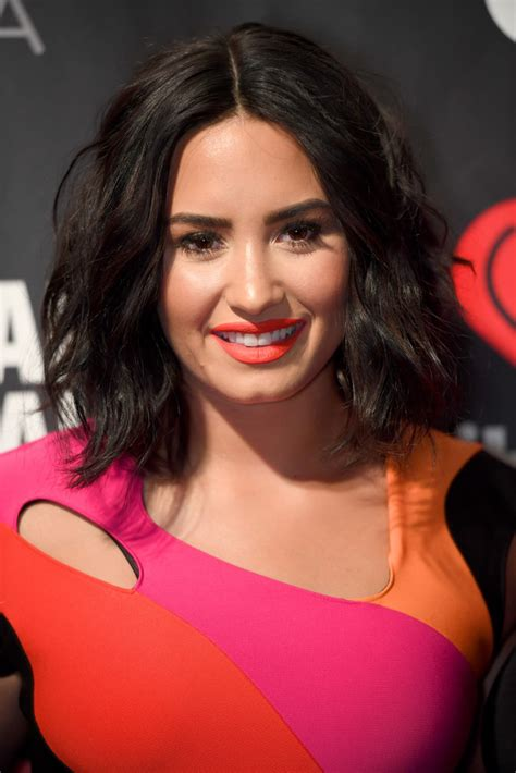 Demi Lovato Hairstyles by Demi Lovato Medium Wavy Cut Medium Wavy Cut Lookbook