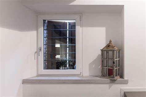 davanzali in legno per finestre davanzali interni in legno davanzale finestra stock