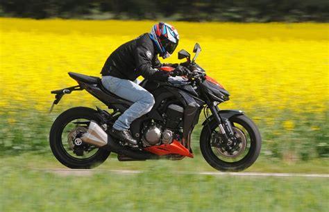 Kawasaki And Suzuki Suzuki Gsx 1000 Vs Kawasaki Z1000 6 Bikes Doctor