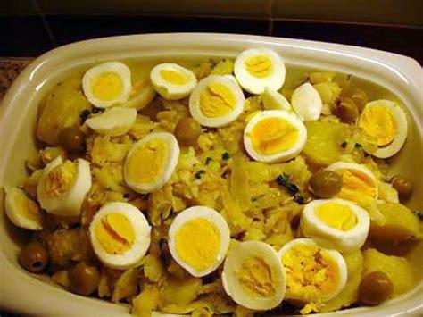cuisiner la morue dessal馥 recette de bacalhau 224 gomes de s 224 morue pommes de terre
