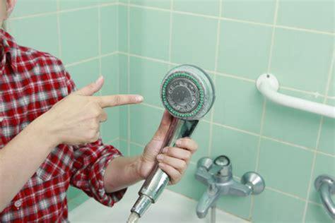 pulire doccia calcare calcare nel soffione della doccia 2 modi per eliminarlo scala