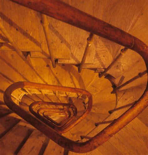 wie hoch muss ein balkongeländer sein holztreppen treppen materialien baustoffe baunetz wissen