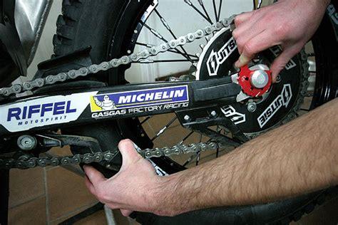 tensar cadena moto enduro comprobar y tensar la cadena en moto de trial cursos de