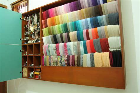 Rak Display Jilbab tips organizing your shawls ketupatkartini