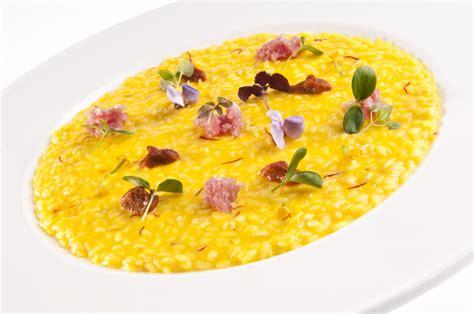 risotto coi fiori di zucca risotto carnaroli cru dosso con zafferano ricci di mare