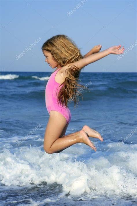 Fliegenden Sprung Strand Mädchen Im Blauen Meer