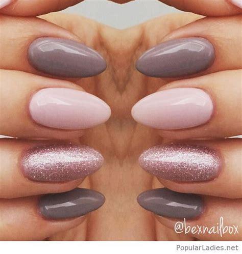 Nägel Lackieren Mit Glitzer by Grey And Pink Manicure With Glitter Nageldesign