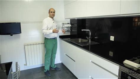imagenes encimeras negras video de cocinas blancas modernas peque 241 as en acabado