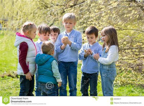 imagenes niños jugando en grupo grupo de ni 241 os preescolares amigos y hermanos jugando en