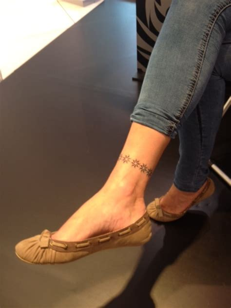 daisy chain tattoo designs on foot best 20 chain ideas on