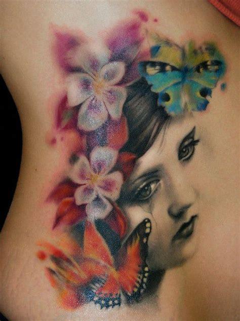 rostro de mujer con flores y mariposas tatuajes para