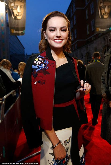 daisy ridley lights up bafta red carpet in chic gown