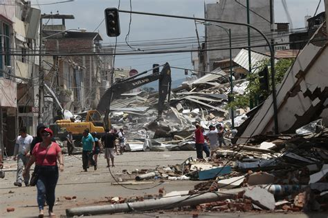 imagenes sorprendentes del terremoto en ecuador se registran 364 r 233 plicas del terremoto del s 225 bado en
