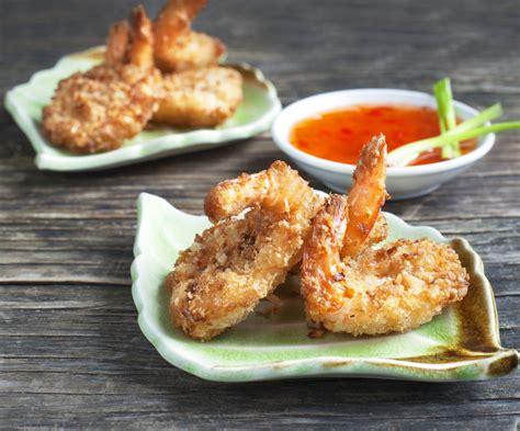 cucinare i gamberetti gamberi in tempura di cocco la ricetta per preparare i