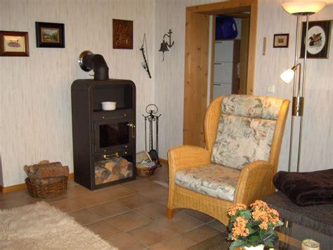 wohnzimmer ofen ferienwohnung kassler feldberg im schwarzwald frau