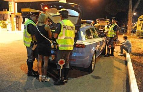 donne in minigonna al volante follia a rissa per colpa triplete calcio