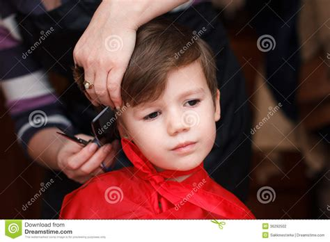 boy haircuts at home leuk jongenskapsel stock fotografie afbeelding 36292502