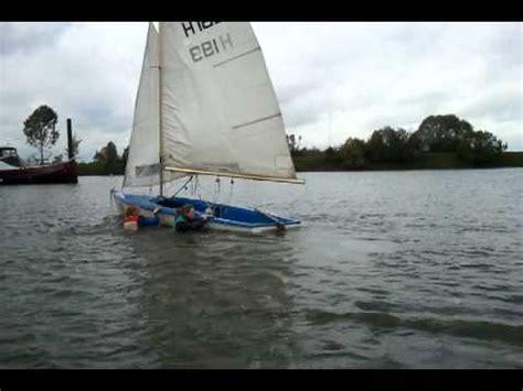 zeilboot omslaan filmpje zeilen omslaan javelin youtube