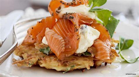 cucinare il salmone a fette frittelle di patate salate con slamone e cr 232 me fraiche