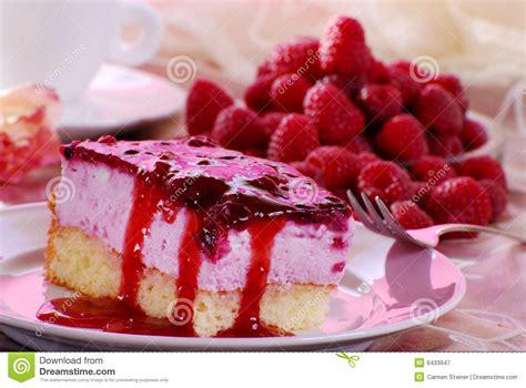 schneller kuchen mit gefrorenen himbeeren kuchen mit himbeeren lizenzfreie stockfotografie bild