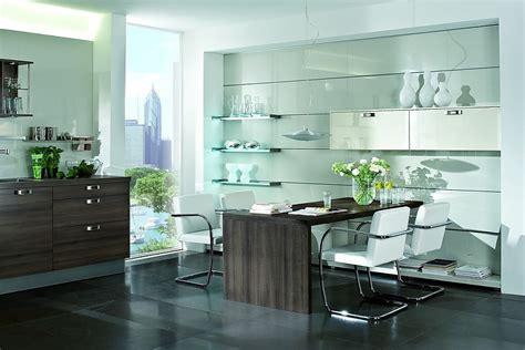 panel de cristal en gris  muebles de comedor en madera oscura