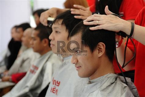 Rambut Sambung Di Batam hati hati cukur di pangkas rambut umum republika