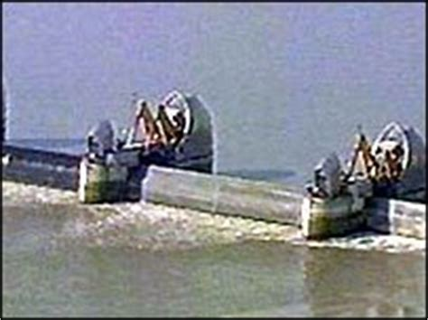 thames barrier raised cbbc newsround why was the thames barrier built