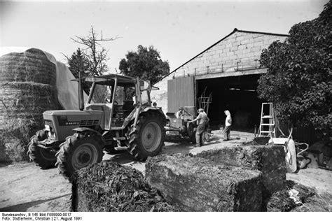 traktor scheune datei bundesarchiv b 145 bild f088990 0017 erntezeit