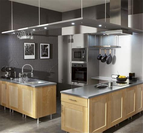 plafond suspendue mur couleur gris souris et meubles de cuisine en bois