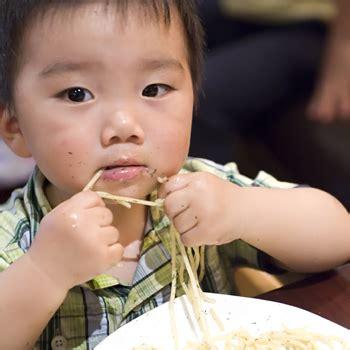 Seri Ayahbunda Edisi Balita Sehat berbagi makanan dengan teman