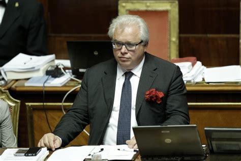 sesso orale in ufficio gesto osceno di barani bagarre al senato ha mimato sesso